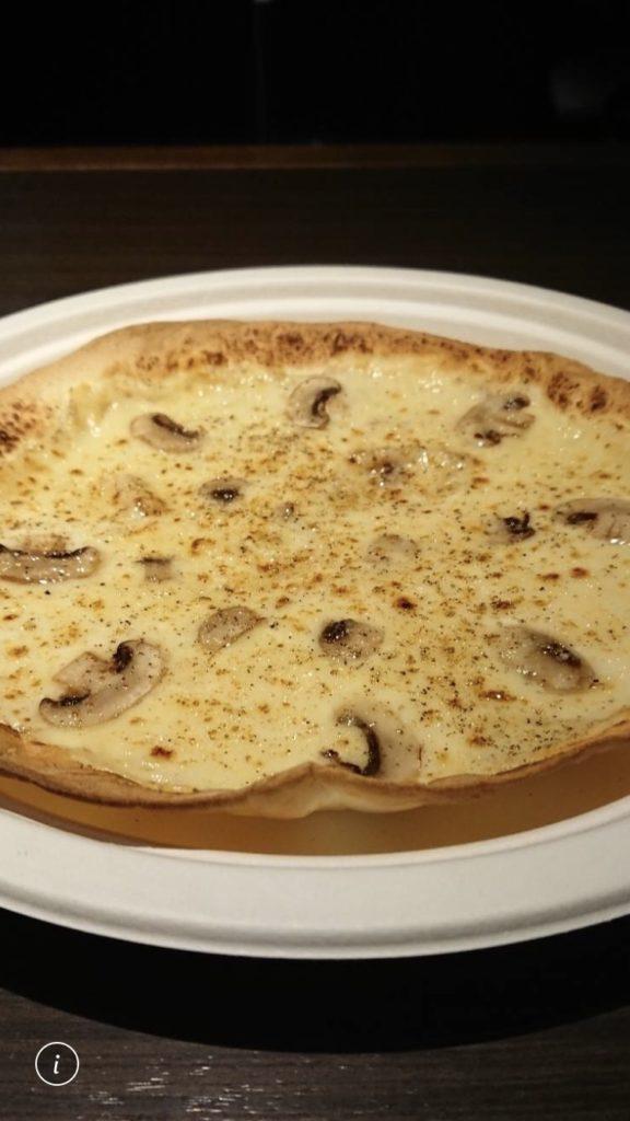 マッシュルームのクリームピザトリュフソース