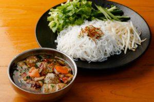 山盛り野菜と焼き豚、肉団子のビーフンのつけ麺