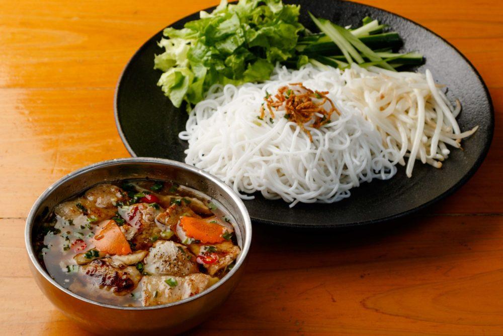 フォーハノイセカンド板屋町店: 山盛り野菜と焼き豚、肉団子のビーフンつけ麺